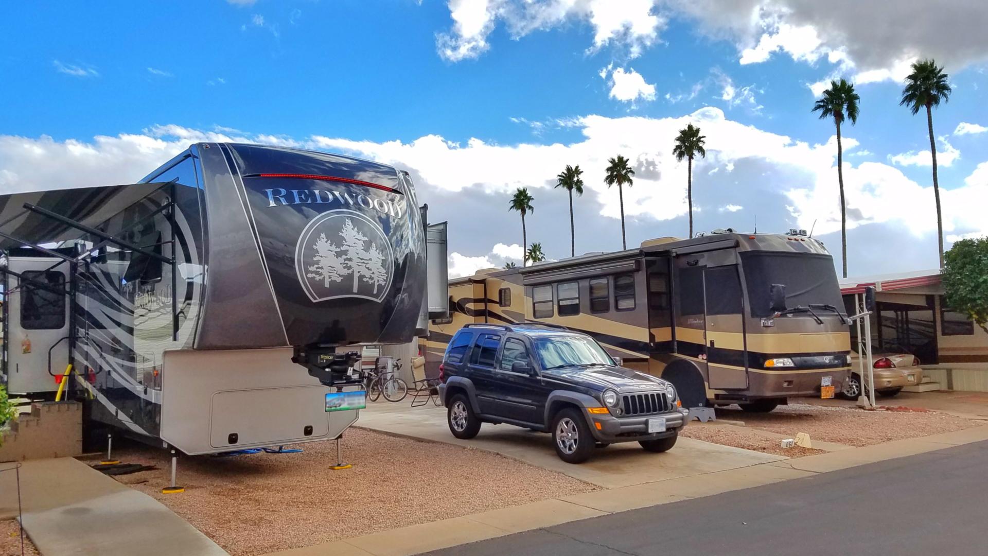 5th Wheel vs Motorhome – Our Full Time RV Living Choice